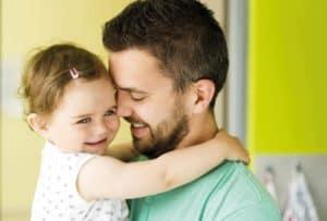 Vater schmust mit kleiner Tochter.