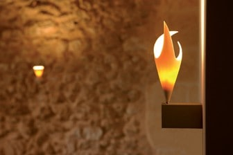 Edle Porzellan-Lampe mit orangen Schein.
