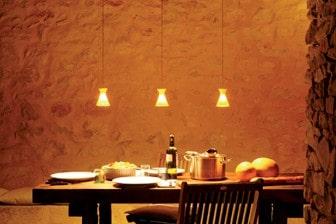 Gedeckter Tisch in edler Atmosphäre mit behaglichem, orangen Licht.