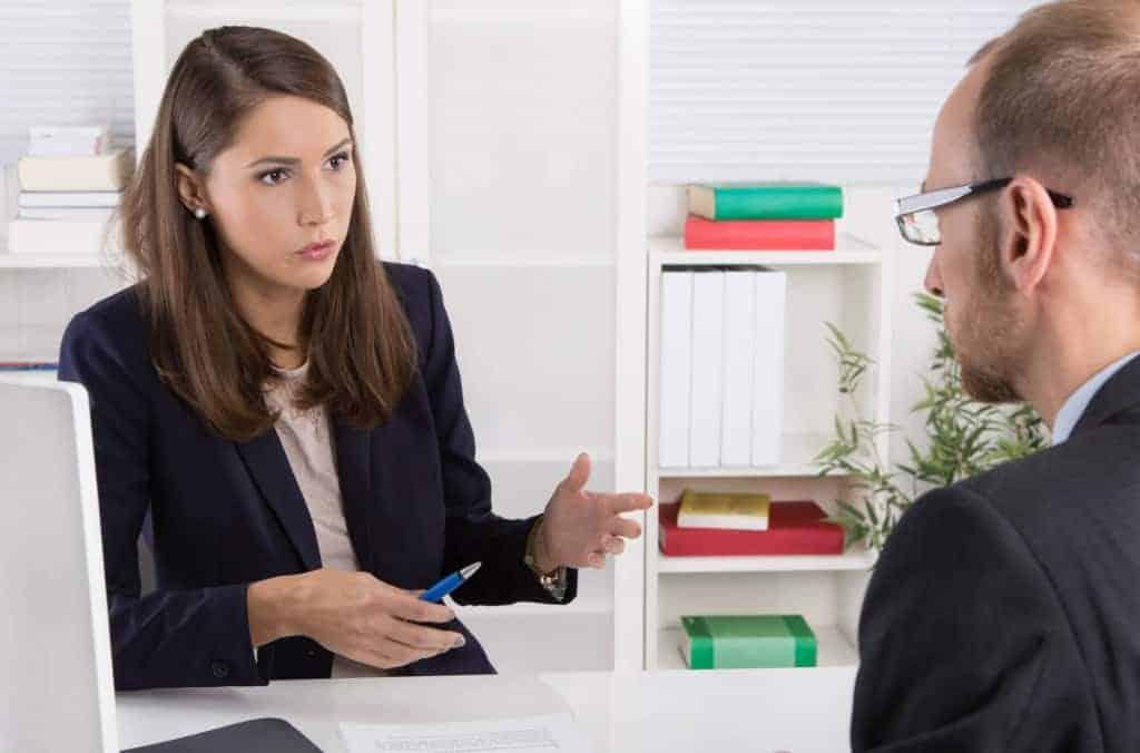Business Gespräch zwischen Mann und Frau