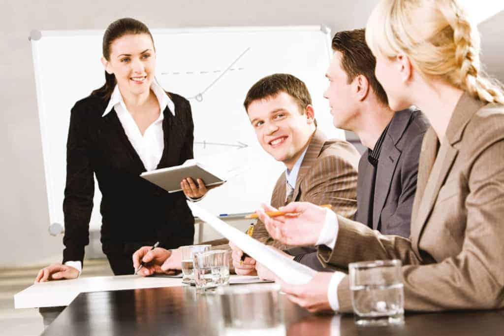 Business CoachingTeamleiterin spricht mit Mitarbeitern