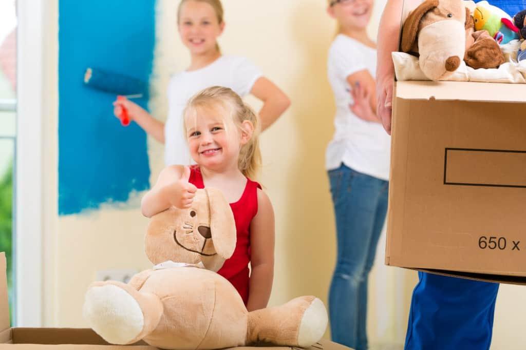 Kinder helfen gern beim Umzug.