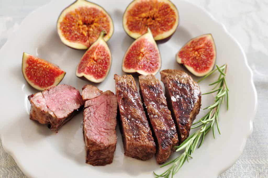 Leckeres Rezept: Rindfleisch mit Feigen schön auf einem Teller angerichtet.