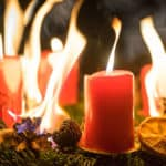 Ein Adventskranz mit roten Kerzen geht in Flammen auf.