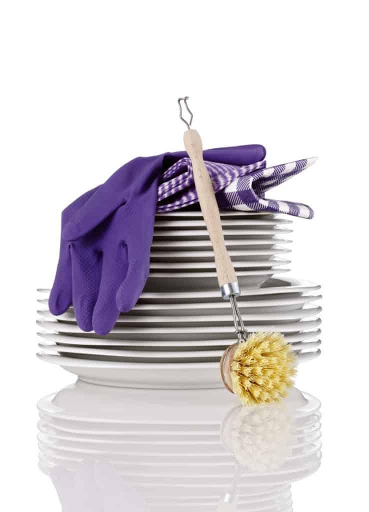 Tellerstapel, Abwaschbürste und Gummihandschuhe - Strom sparen beim Geschirr spülen