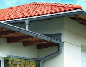 Dachentwässerungssystem mit Regenrinnen und Fallrohren aus Zink an der Außenfassade.