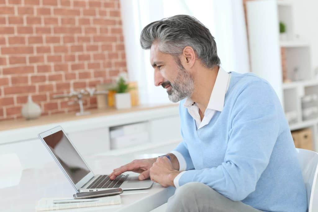Homeoffice: Mann arbeitet zu Hause am Laptop