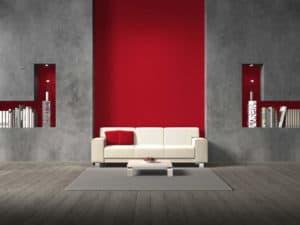 Besondere Wandgestaltung: Ein Weißes Sofa Und Ein Weißer Couchtisch Vor  Einer Wand Aus Beton Und