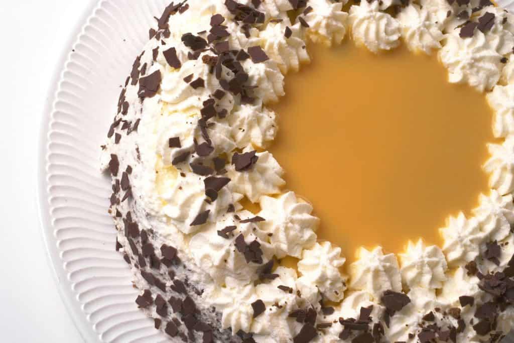 Lecker zu Ostern: Torte mit viel Eierlikör in der Mitte. Rand und Mitte mit stark mit Sahne und feinen Schokostreuseln verziert.