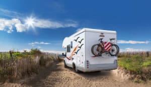 Mit einem Wohnmobil ist im Campingurlaub alles an Bord.