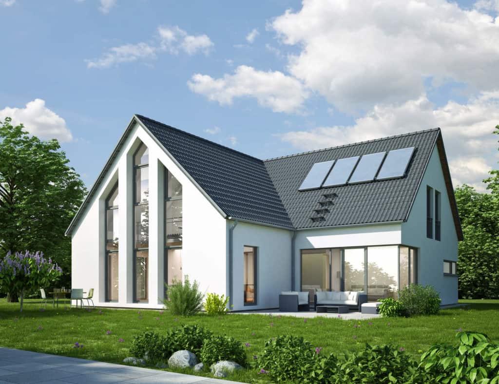 Ein modernes weißes Haus mit großen Fenstern, Garten und Solaranlage auf dem Dach.