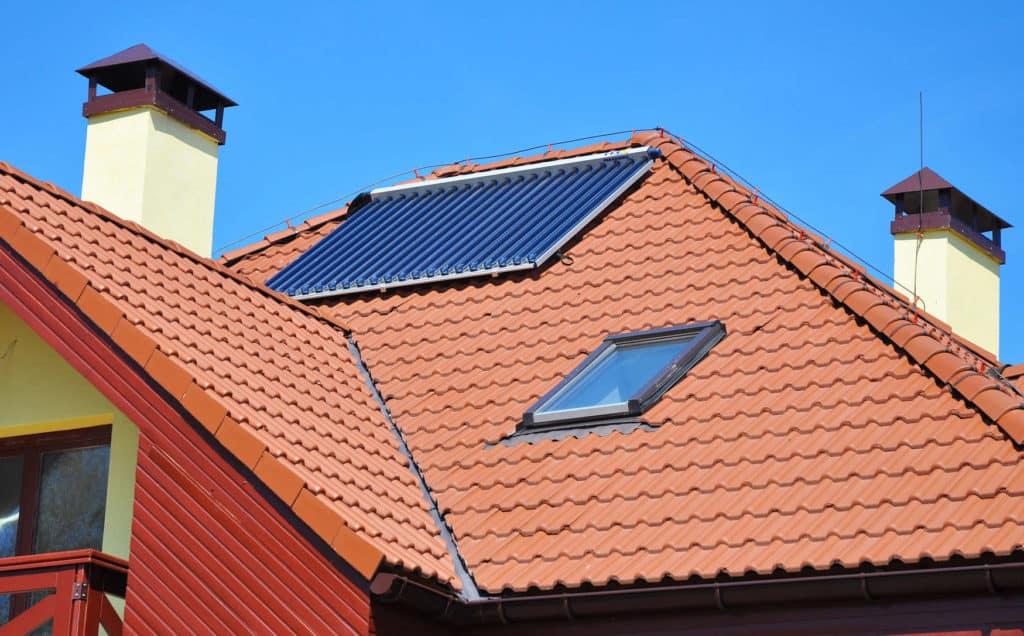 Das Dach eines Hauses mit einer Solarthermieanlage.