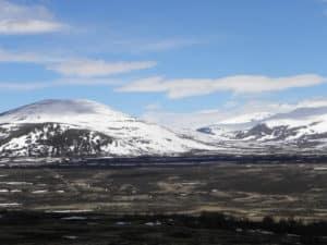 Auch im Sommer liegt schnee auf den Bergipfeln.