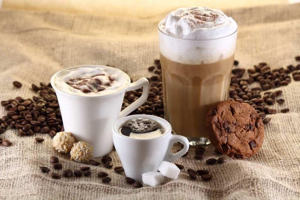Espresso, Cappuccino, Latte Macchiato mit Kaffebohnen, würfelzucker ud Keksen – tolle Kaffee Rezepte