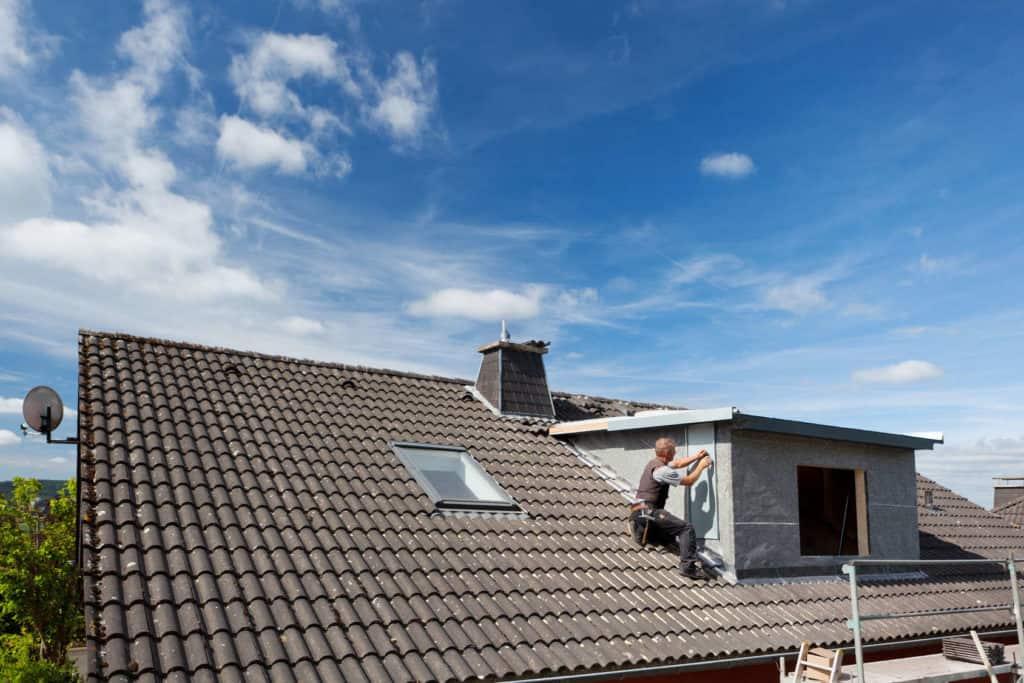 Durchbrüche im Dache wie Fenster auch Gauben sind eine Herausforderung für jedes Dämmsystem