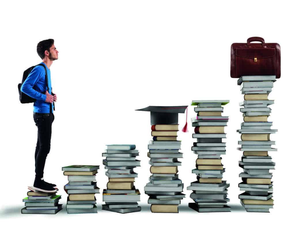 Schulabgänger blickt auf größer werdende Bücherstapel, die die einzelnen Stufen der beruflichen Ausbildung symbolisieren.