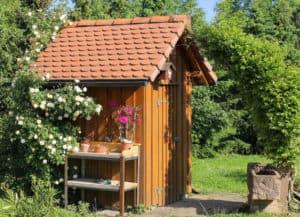 Kleines Gartenhaus für Gerätschaften im Garten.