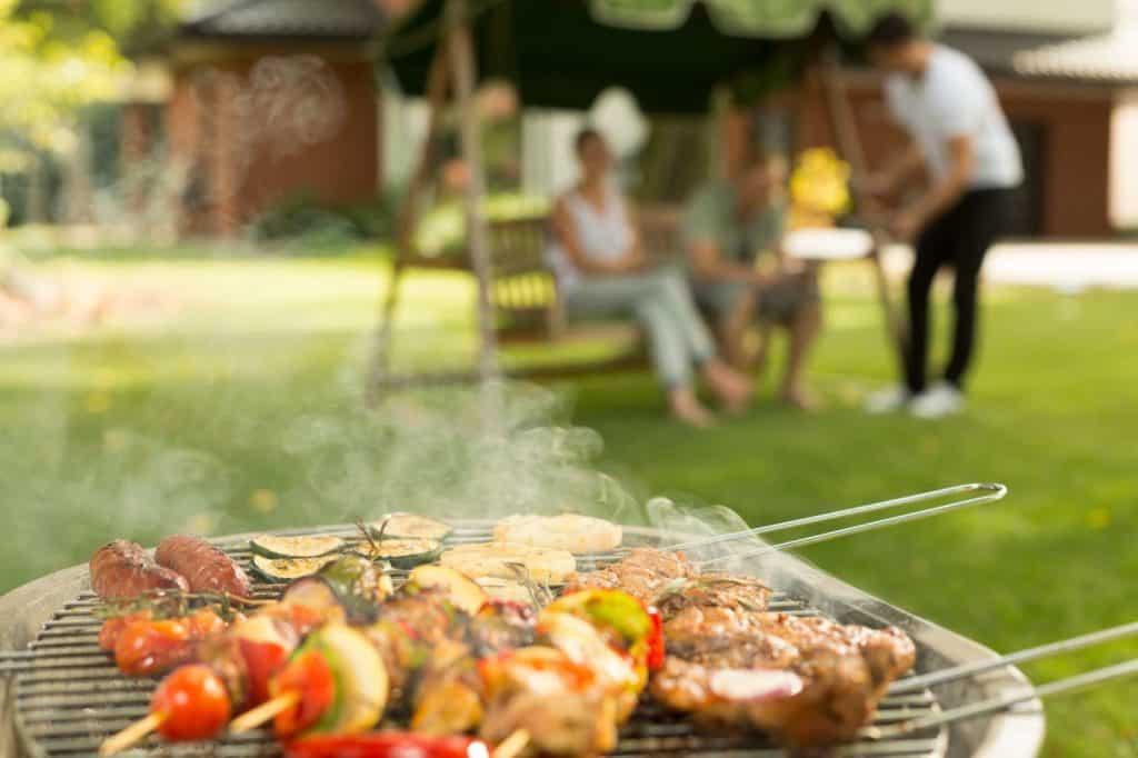 Gesund grillen: ein belegter grill im Garten.