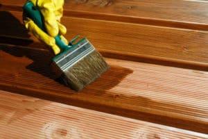 Damit die Holzterrasse lange hält, sollte sie einmal im Jahr mit Holzöl gestrichen werden.