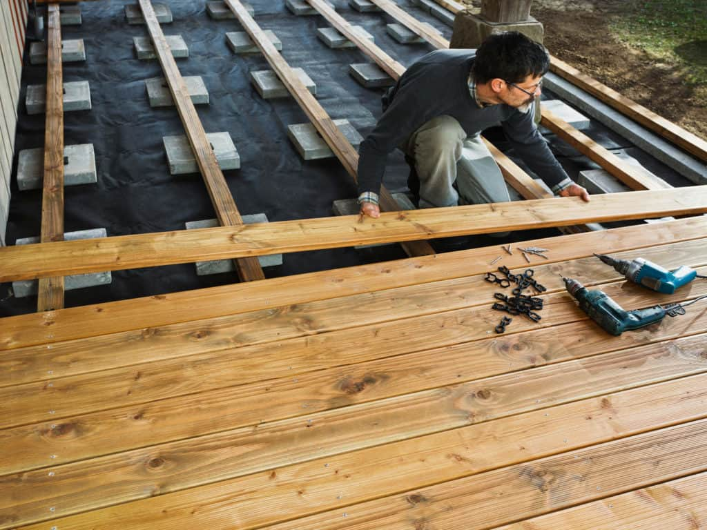 Den Bau einer Holzterrasse sollten erfahrene Heimwerker oder Profihandwerker übernehmen.