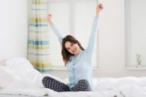 Nach einer ruhigen Nacht erholt aufwachen: Ein Tipps können die Schlafqualität spürbar verbessern.