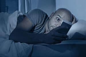 Das Handy im Bett kann den Schlaf beeinträchtigen.