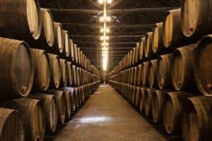 Whisky lagert mehrere Jahre lang in Fässern.