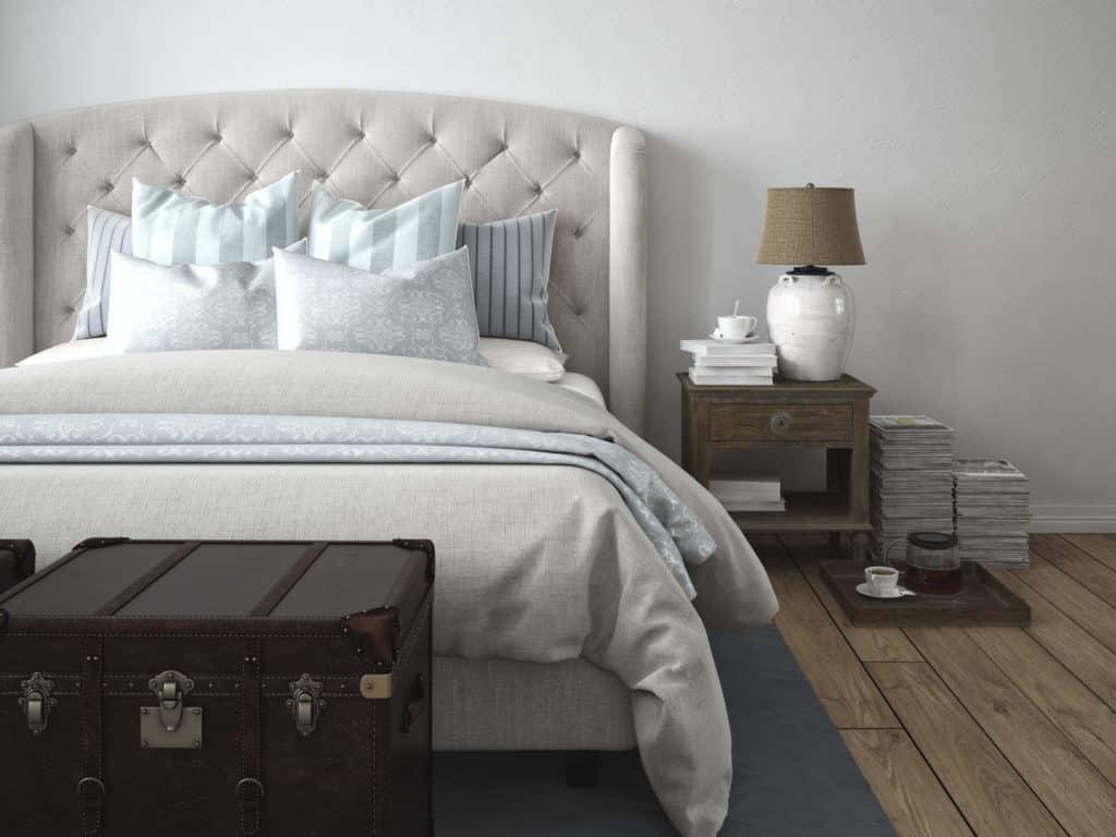 Ein modernes Schlafzimmer im Vintage Stil mit vielen Kissen auf dem Bett.