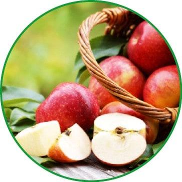 Ein Korb mit vielen roten Äpfeln