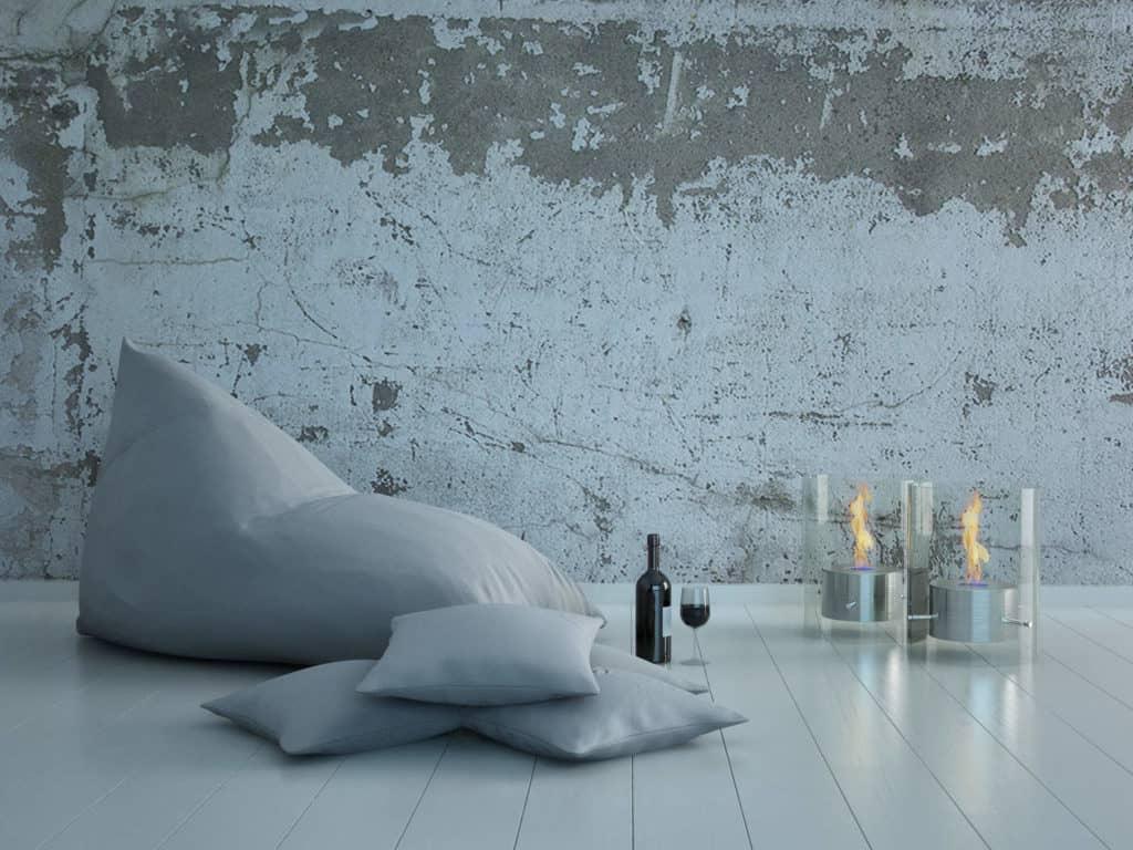 Sitzsack, Kissen, Lampen, eine Flasche Rotwein und ein Glas: Sitzecke auf dem Boden.