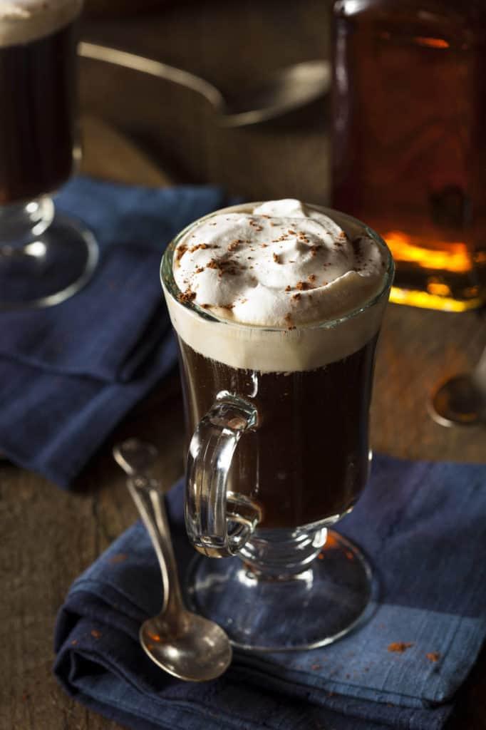 Ein Glas mit Irish Coffee steht auf einem Tisch.