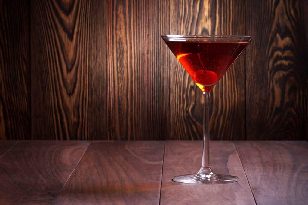 Ein Cocktailglas mit Kirsche.