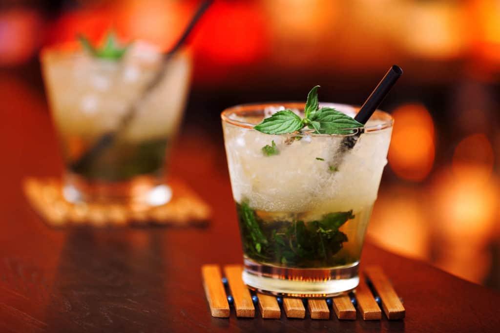 Mint Julep Cocktail mit Eis und Minze.