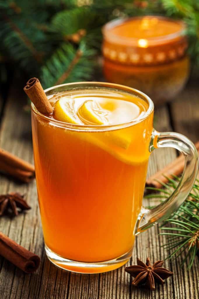 Weihnachtlicher Cocktail Hot Toddy mit Zimt und Orangen.