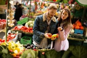 Gute Vorsätze, etwa gesunde Ernährung, lassen sich gemeinsam auf dem Markt gut umsetzen.