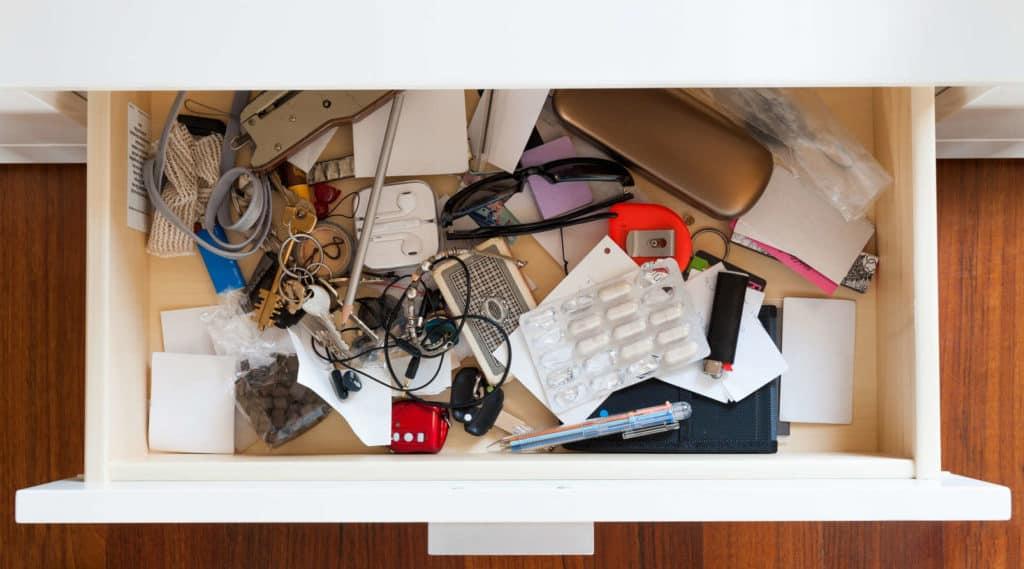 Entrümpeln: Schublade mit viel Kram wie Schlüssel, Kugelschreiber, Schnürsenkel, Brillenetui, Sonnenbrille...