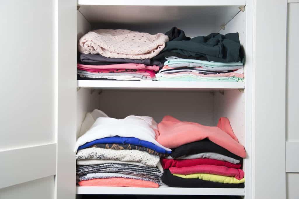 Entrümpeln: Ein gut sortierter Kleiderschrank mit ordentlich zusammengelegten T-Shirts erleichtert den Alltag.