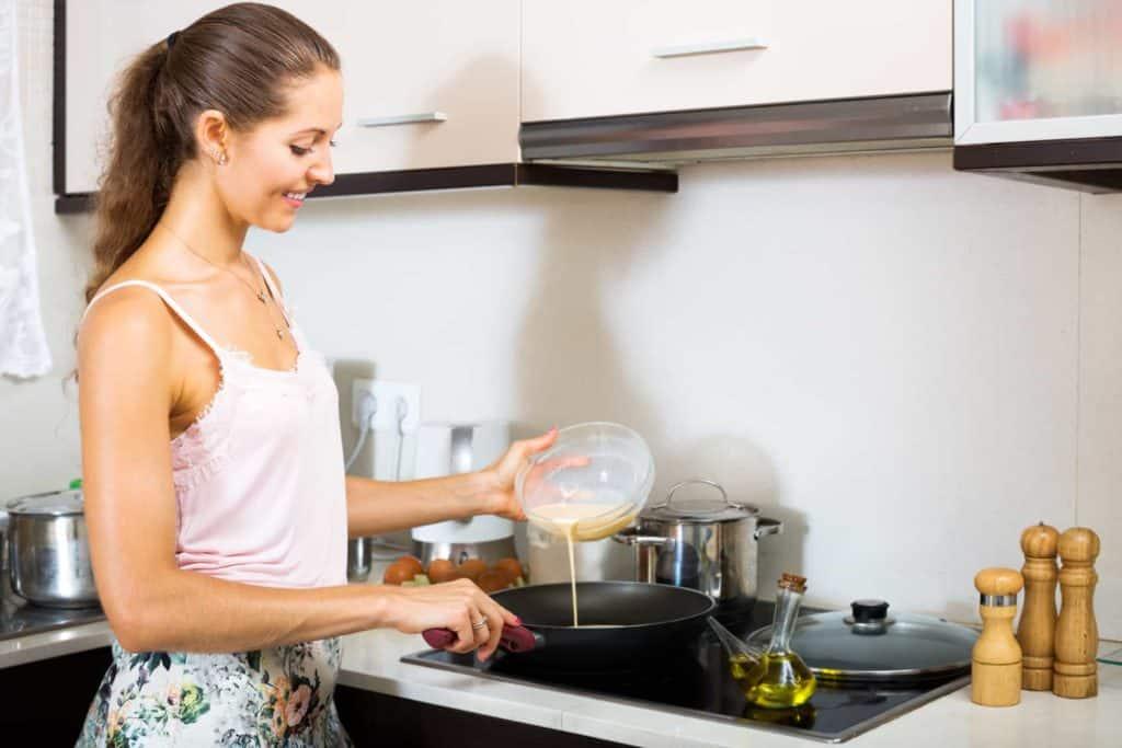 Kochen nur mit Schürze, sonst gelangen leicht Fettflecken auf die Kleidung. Fettflecken kann man mit Gallseife entfernen.