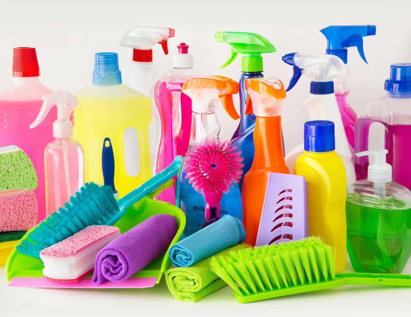 Ein großes Sortiment an Putzmitteln und Reinigungsbürsten ist im Haushalt sinnvoll.