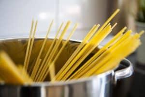 Lebensmittel-Lifehacks, Nummer 3: Ein großer Topf, aus dem ungekochte Spaghetti ragen