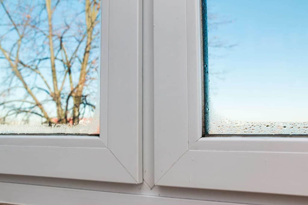 Fenster-Feuchtigkeit von innen. Schimmel im Bad