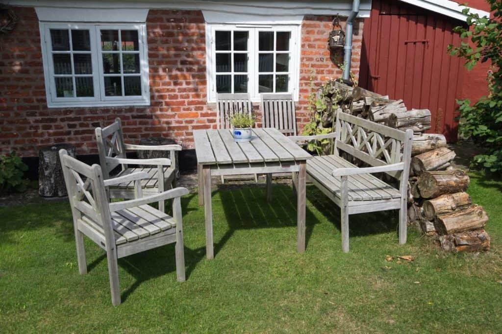 Gartenmöbel, die im Winter draußen stehen, sollten im Frühjahr gepflegt werden.