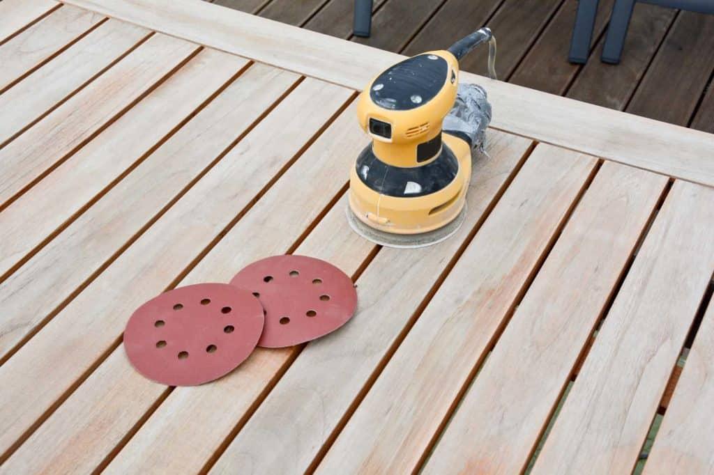 Mit dem Holzschleifer können Sie Ihre Holzgarnitur im Garten abschleifen und dann neu ölen.
