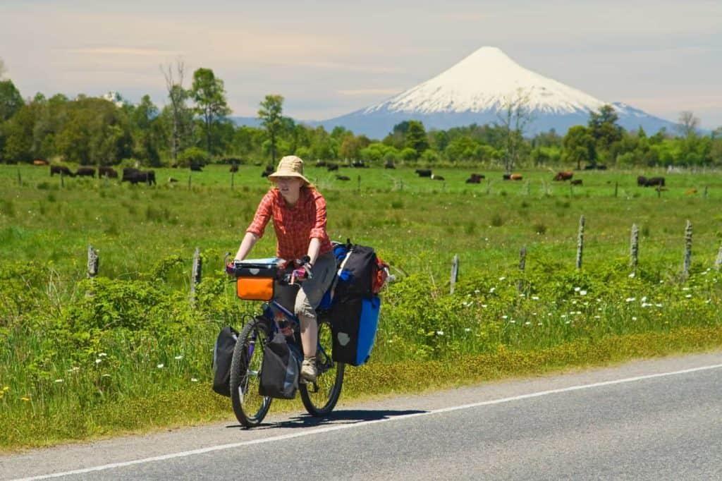 Radlerin vor Vulkan Osorno, Seengebiet,Chile - Radreise