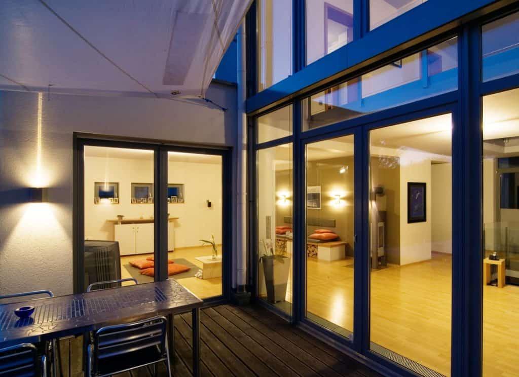 Gute Isolierung hält Kälte und Hitze aus den Wohnräumen fern. Eine großflächige Fensterfront, die Einblick in die Wohnräume gewährt.