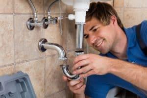 Kein Klempner: Ein Anlagenmechaniker überprüft ein defektes Waschbecken.