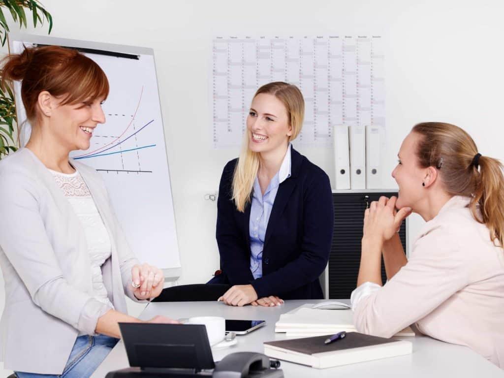 Jobsharing: weibliche Mitarbeiterinnen haben ein Meeting.