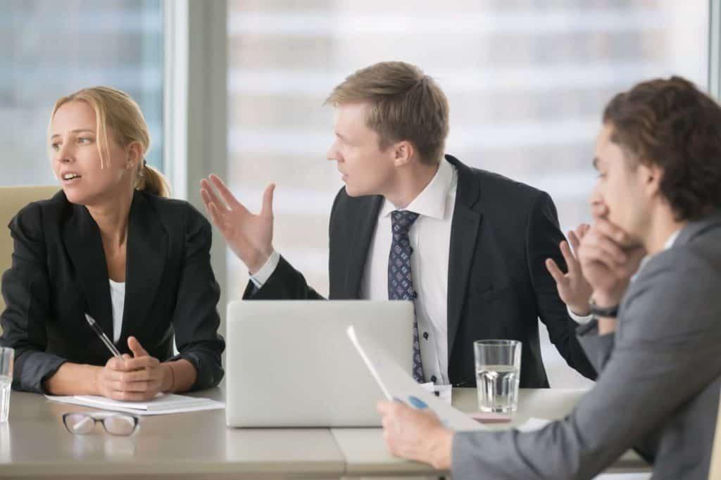 Unzufriedenheit im Job spiegelt sich oft in Streits in gemeinsamen Meetings. Geraten Sie oft mit Ihren Kollegen aneinander, kann es sinnvoll sein, den Arbeitgeber zu wechseln.