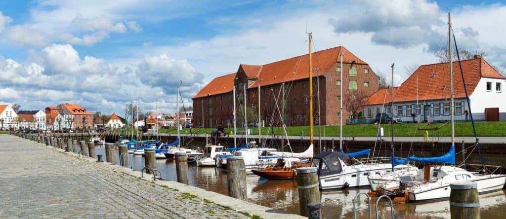 Spontanreise nach Tönning, hier der kleine Jachthafen vor großem roten Backsteingebäude.