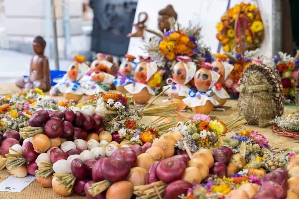 Spontanreise zum Zwiebelmarkt in Weimar: Zwibelstränge und Herbstdeko (Blumen + Holzfiguren)